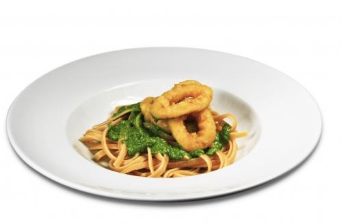 Tintenfischringe auf Pasta an Pesto
