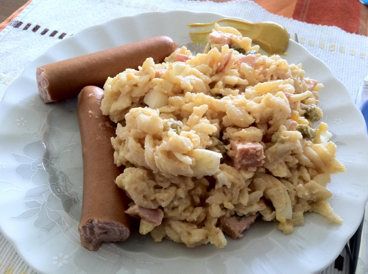 Nudelsalat mit Wurst und Senf auf Teller