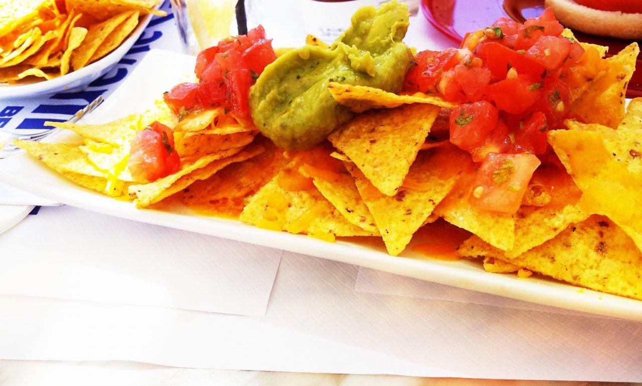 Nachos Mit Käse Tomaten Und Guacamole Lebensmittelfotoscom