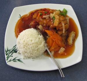 Hähnchen paniert mit Ananas und Soße süß-sauer, Reis